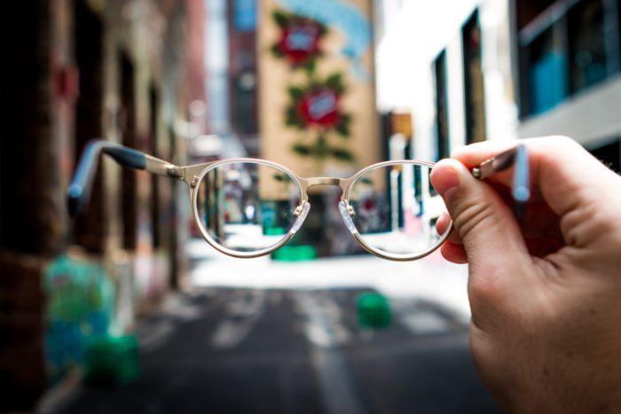 眼鏡ごしにみる風景の写真