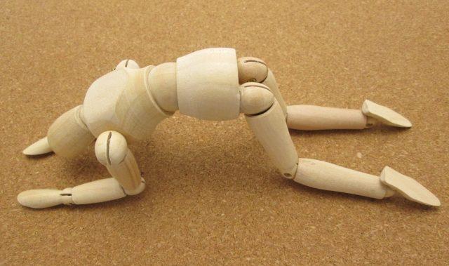 四つん這いの姿勢から動けないデッサン人形の写真