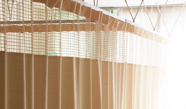 病室のカーテンの写真
